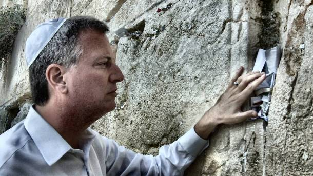 Public Advocate de Blasio leaving a prayer at the Western Wall in Jerusalem. (Original description from Flickr)