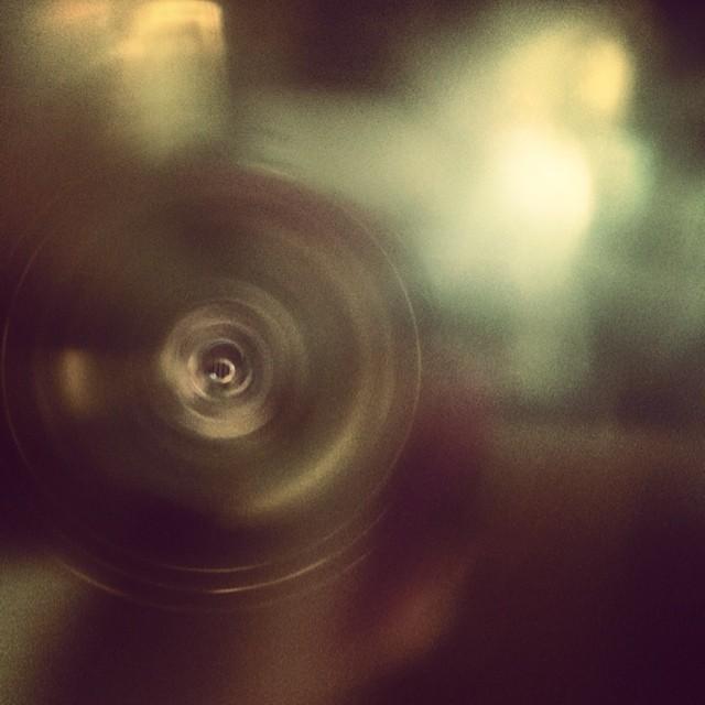 Inside a green glass straw. داخل یک نی شیشه ای سبز.