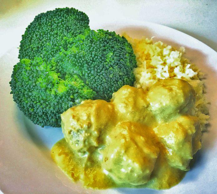 Boller i karry med blomkålsris og dampet broccoli og blomkål