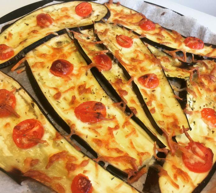 Aubergine bruschetta med tomater og revet ost