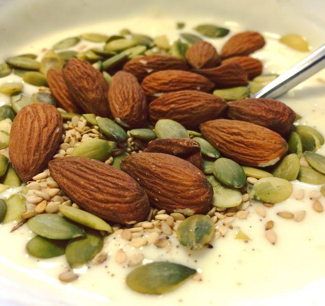 Yoghurt med vanilje, mandler, græskarkerner og sesamfrø