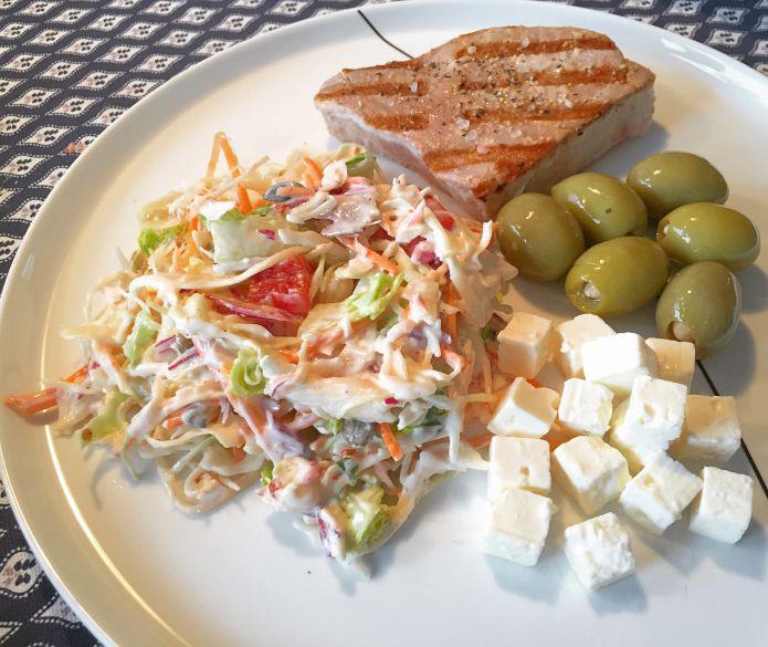 Grillet tunbøf med cremet råkostsalat, mandelfyldte oliven og ost i tern