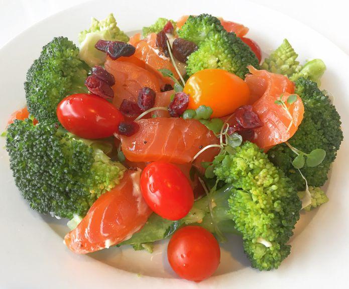 Røget laks i sprød broccoli-romanesco salat med tomater og tranebær