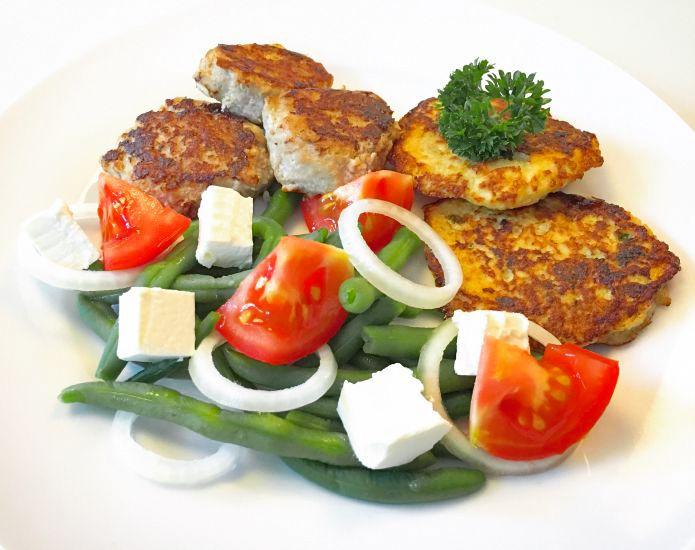 Smørstegte frikadeller med sprøde blomkålsrösti og bønne-tomatsalat med feta