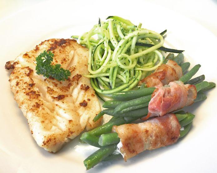Smørstegt torsk, bønner i baconwrap og squashpasta med persillepesto