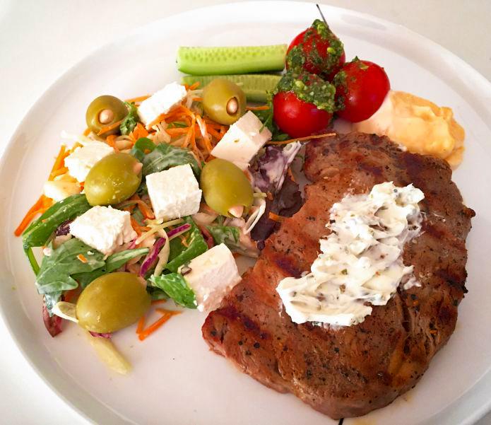 Flammegrillet kalve rib-eye, med blandet salat, pesto-tomater og chili-aioli