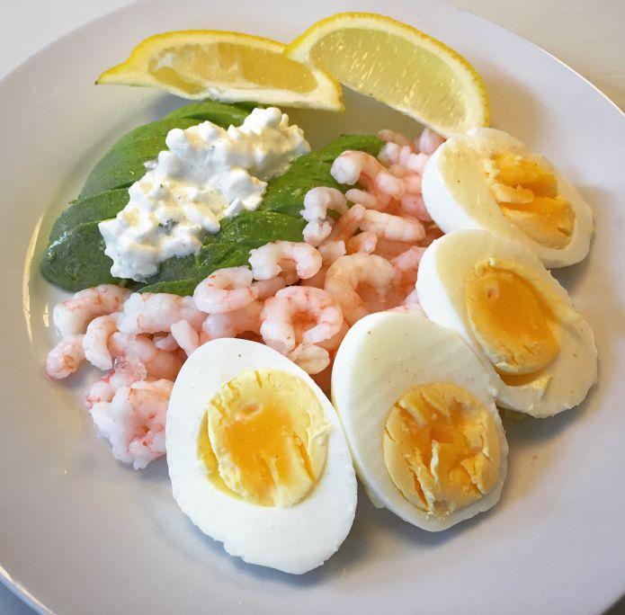 Hårdkogte æg, cremet avocado med hytteost og store rejer med citronsaft