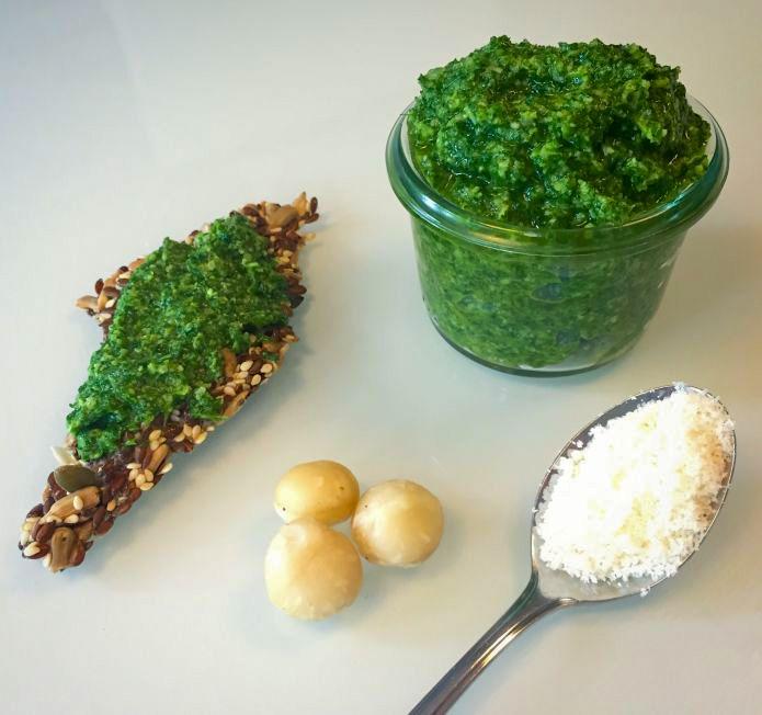 Persillepesto med macadamianødder, parmesan og ekstra jomfru olivenolie