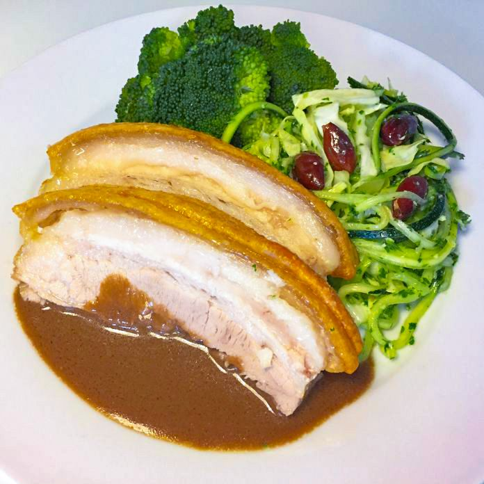 Sprød ribbensteg med sovs, dampet broccoli og squash-kål med pesto