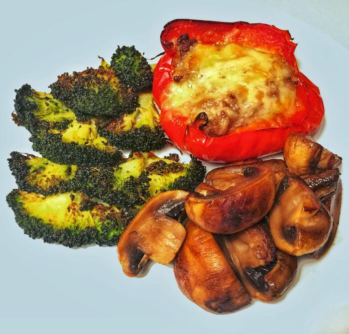 Ostegratineret oksekødsfyldt peberfrugt med broccolifritter og champignon
