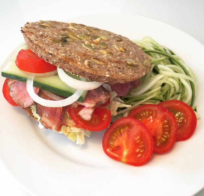 Lammeburger - Grillet lammeculotte i mikroovnsbolle med salat og squash