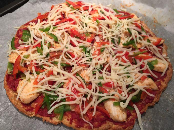 Sprød ostebundspizza med tomat, kylling, peberfrugter og mozzarella - Under