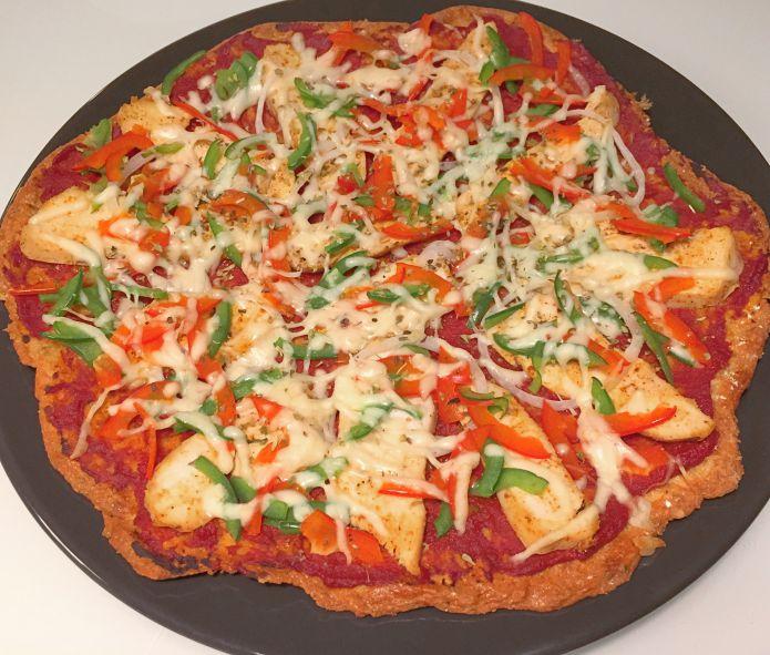 Sprød ostebundspizza med tomat, kylling, peberfrugter og mozzarella