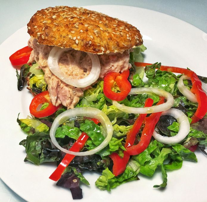 Cremet Low-Carb tunmousse-sandwich med sprød blandet salat - LCHF
