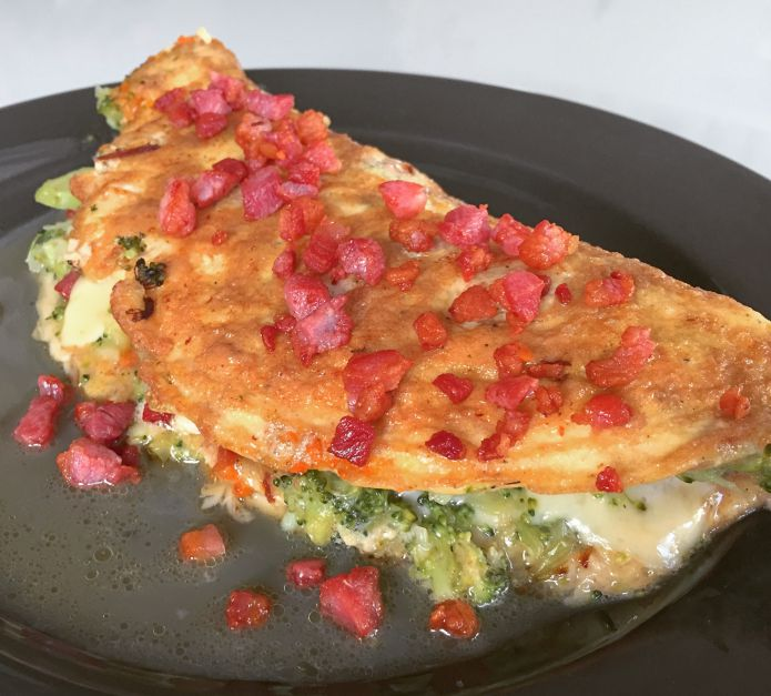 Saftig broccoliomelet med smeltet ost og sprød bacon - Low-Carb