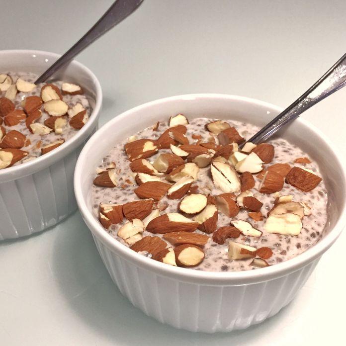 Cremet kokos-chiagrød med vanilje og grofthakkede mandler