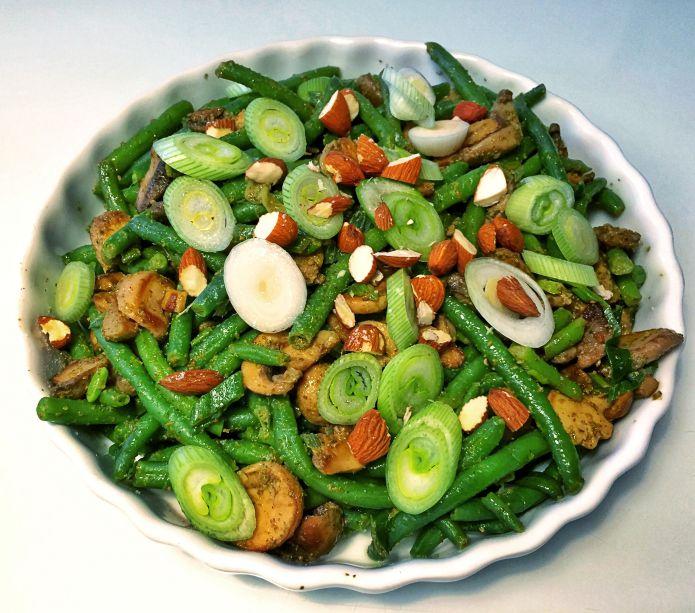 Lun pesto-salat af sauterede bønner, champignon, forårsløg & mandeldrys