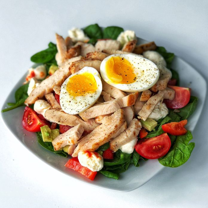 Nem kyllingesalat med smilende æg, avocado, tomat og frisk mozzarella