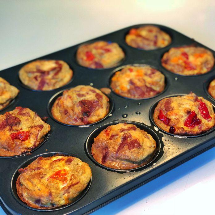 Pizzamuffins med tomat, ost, skinke, peberfrugt, og pepperoni