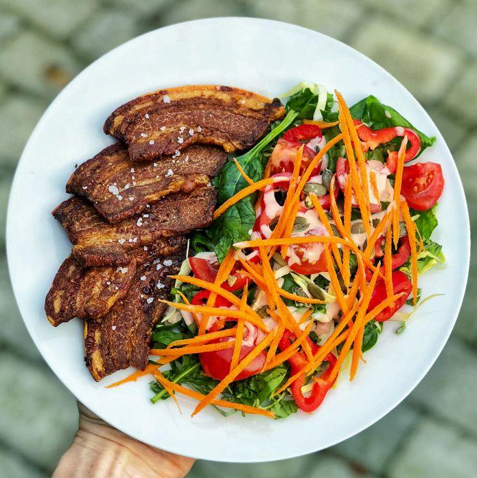 Sprødstegt flæsk med havsalt og skøn blandet salat med dressing