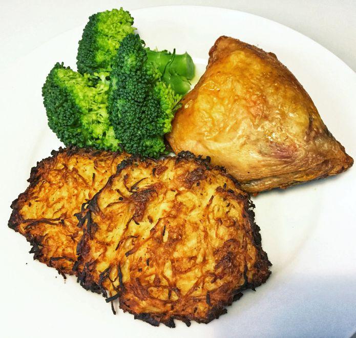 Sprødstegt kyllingeoverlår med knoldsellerirøsti og dampet broccoli