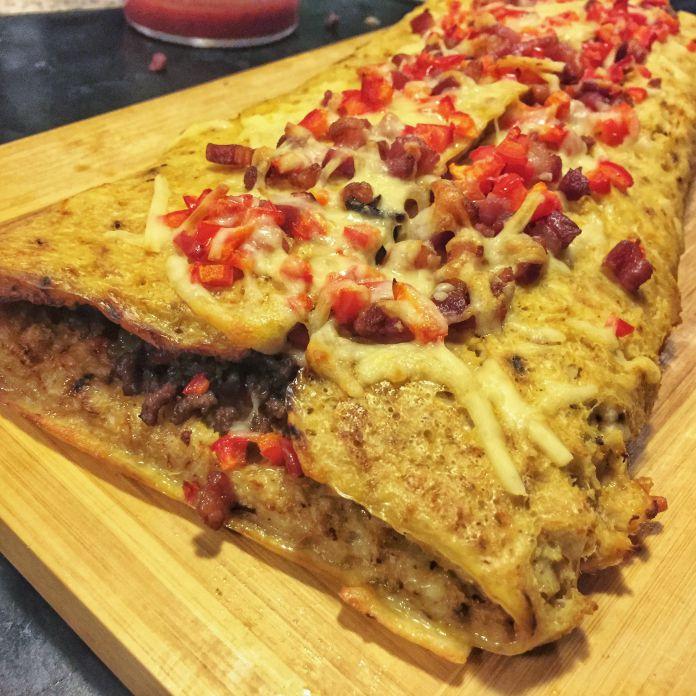 Blomkålscalzone med oksekød, bacon, hvidløg, feta, og soltørrede tomater