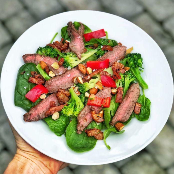 Saftig steak-salat af broccoli og spinat med sprød bacon og mandelsplinter