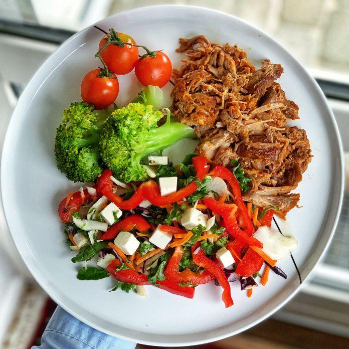 Pulled pork med dampet broccoli og sprød blandet salat med fetaost