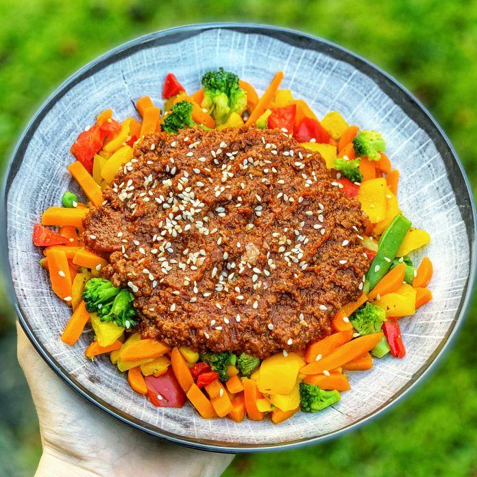 Kødsovs med sesamfrø på bund af dampede grøntsager. Nem hverdagsret