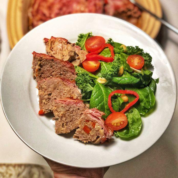 Saftigt baconsvøbt farsbrød med sprød grønkåls-spinatsalat