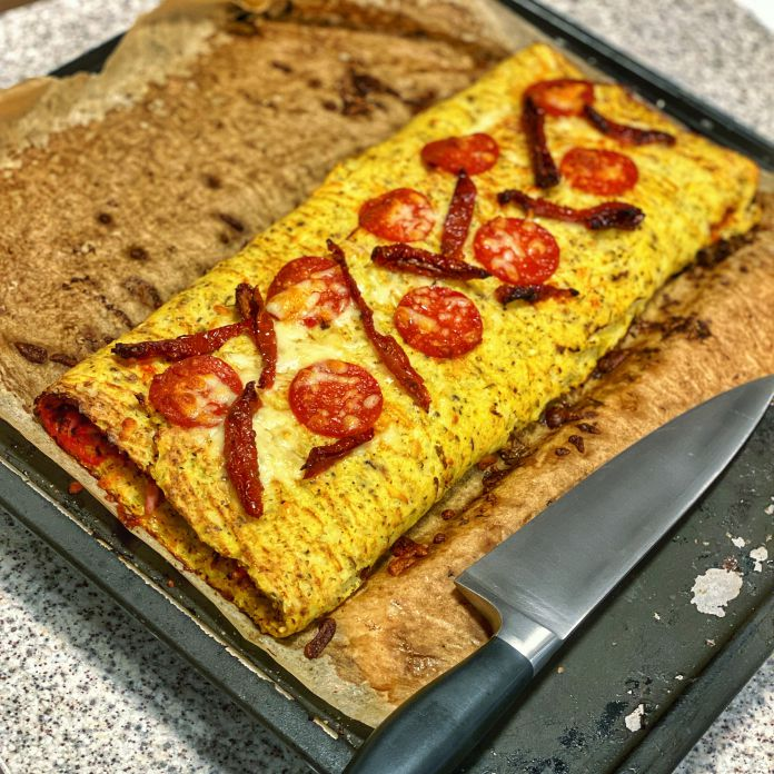 Blomkålscalzone med soltørrede tomater, skinke, pepperoni og pikantost