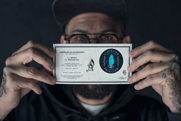 photo de mahell tenant son certificat d'authenticité