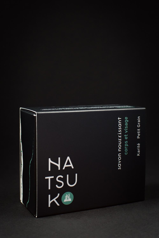 photo d'une boite de savon natsuko sur fond noir