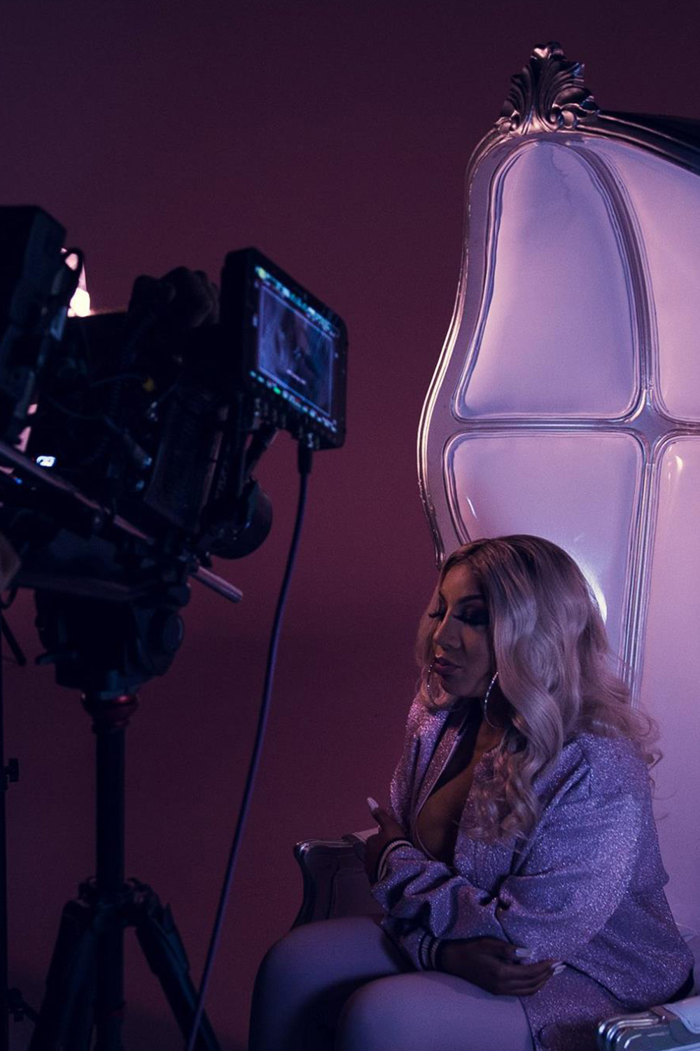 photo de liza monet en tournage de clip studio