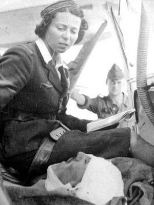 Mariana Drăgescu înaintea unui zbor cu un rănit la Plodovitoe, septembrie 1942. În fundal, Gheorghe Ernest. Sursa foto Wikipedia