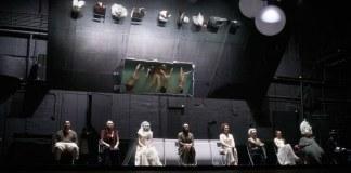 """Imagine din spectacolul """"Furtuna-furtuna"""". Teatrul Națiunilor, Moscova"""