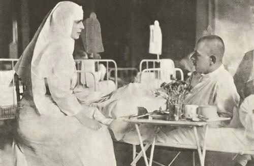 Regina Maria în timpul vizitei într-un spital de campanie, în anul 1917. Sursa foto Wikipedia