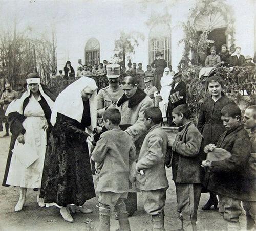 Regina Maria oferă dulciuri orfanilor din Erbiceni, martie 1918. Ffotografie preluată din jurnalul Reginei Maria, Arhivele Naţionale ale României