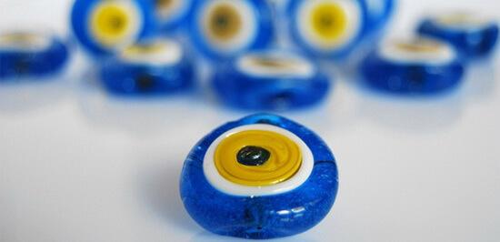 Mărgele de deochi cu galben împrejurul pupilei