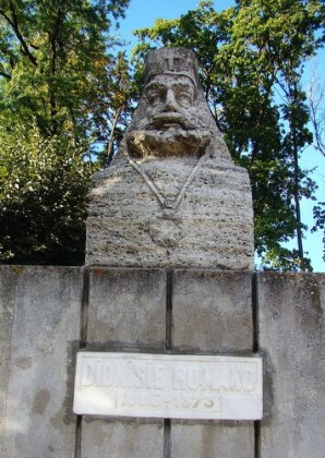 Bustul lui Dionisie Romano de pe Aleea Academicienilor din Săliște. Sursa: Wikipedia