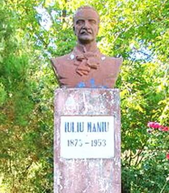 Bustul lui Iuliu Maniu amplasat pe domeniul familiei Maniu din Bădăcin