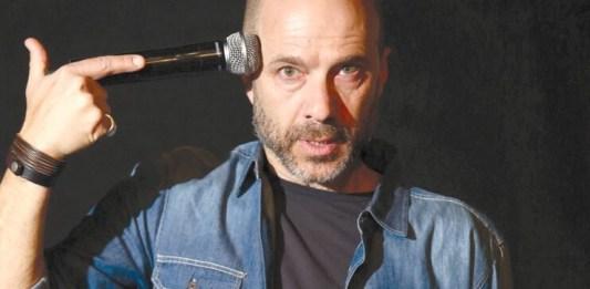 """Gheorghe Miletineanu Dror Keren în spectacolul """"Un cal intră într-un bar, Teatrul Cameri din Tel Aviv. Foto Shay Lee Uziel"""