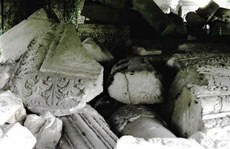 """Fragmente rămase de la Mănăstirea Văcărești, Palatul Mogoșoaia. Sursa foto: revista """"Arhitectura"""""""