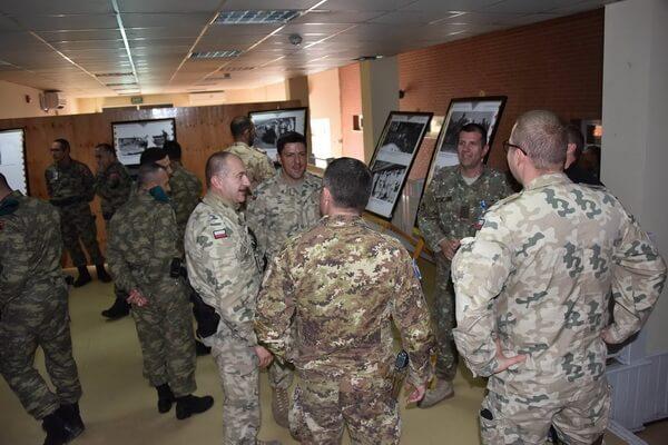 """Vernisajul expoziției de fotografie """"Regina Soldat"""" la Baza militară din Kabul – Afganistan, 1 decembrie 2018"""