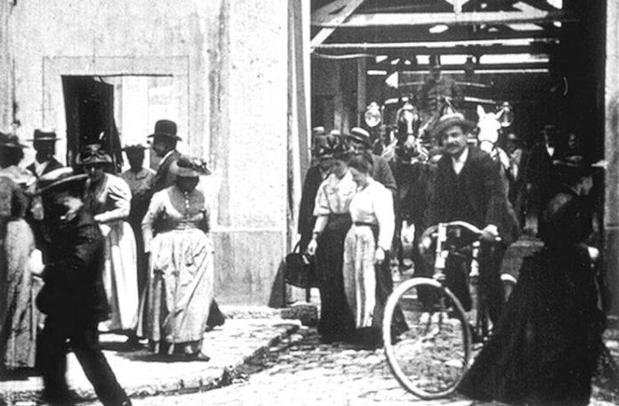 """Imagine din filmul """"La Sortie des Usines Lumière à Lyon"""", 1895"""