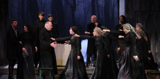 """Scena judecății din """"Vrăjitoarele din Salem"""" de Arthur Miller, Teatrul """"Toma Caragiu"""" din Ploiești. Credit foto: Augustina Iohan pentru FEST(in) pe Bulevard 2019"""