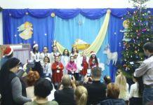 """Grupul artistic """"Nino Nino"""" colindând la Școala primară """"Sf. Maria"""" din Brăila, 19 decembrie 2019"""
