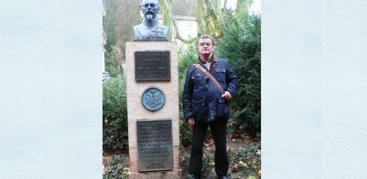 """Iosif Herlo, președintele Societății culturale germano-română """"Alexandru loan Cuza"""" lângă statuia lui Al I. Cuza, Heidelberg"""