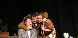 """Gavril Pătru, Marius Rizea, Costina Cheyrouze în """"Allegro, ma non troppo, Teatrul Național din București. Sursa foto: TNB"""