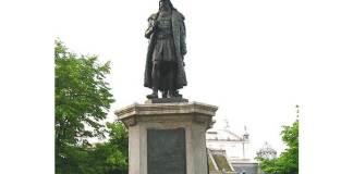 Statuia_lui_Miron_Costin_din_Iaşi